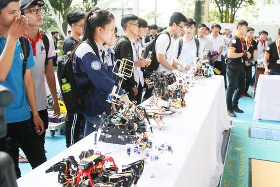 眾多高中生參加市師範技術大學舉行的第12次開放日活動。(圖源:陳黃)
