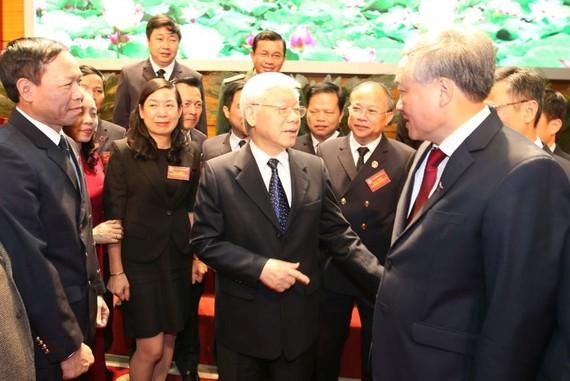 黨中央總書記、國家主席阮富仲與各代表交談。(圖源:越通社)