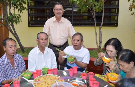 劉南標慈善組長招待眾善信。