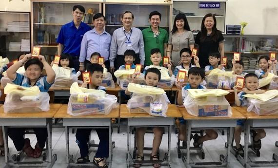 金童學生獲送禮物充滿喜悅。