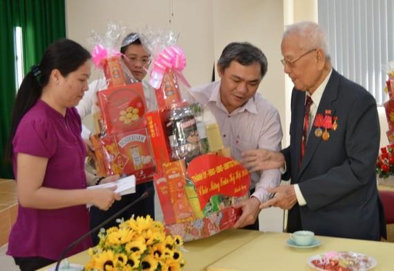 黃文鴻玉主任向黎文景老伯致送新年禮物。