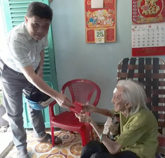 梁栢滔先生探望蘇川婆婆。