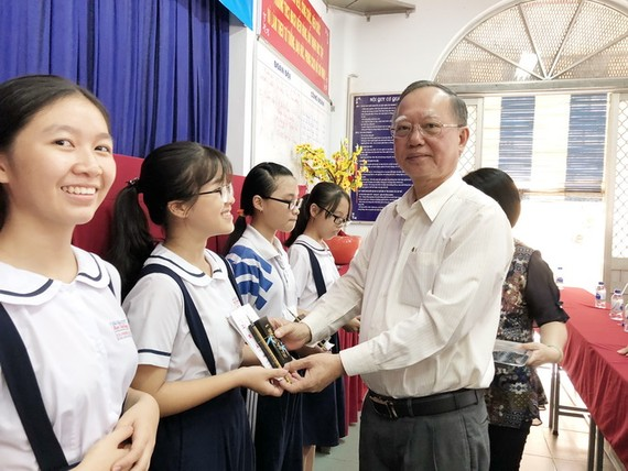 穗城會館理事長盧耀南向書法班贈送毛筆。
