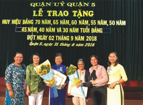 梅媽(左三)榮獲55年黨齡紀念章。