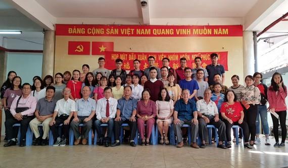 各代表與大學生合影。
