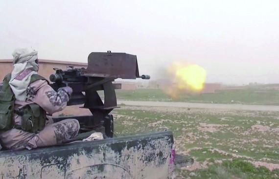 "IS成員上月在敘利亞東部向""敘利亞民主軍""發炮攻擊。(圖源:AP)"