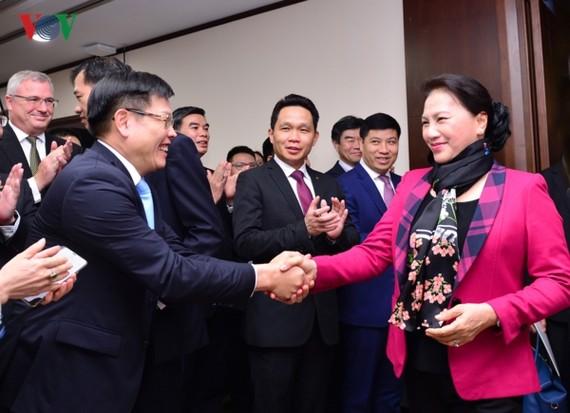 國會主席阮氏金銀(右一)向越南外貿商業股份銀行(Vietcombank)河內市總行全體領導、幹部與人員祝賀新年。(圖源:VOV)