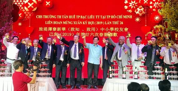 薄寮省政府代表和旅堤薄寮新華校友理事會向與會者祝賀新年。