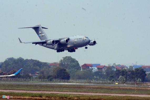 """昨(20)日下午1時,美朝峰會在河內舉行一週之前,美國空軍的一架C-17""""環球霸王""""Ⅲ軍用運輸機已降落內牌機場。(圖源:Zing)"""