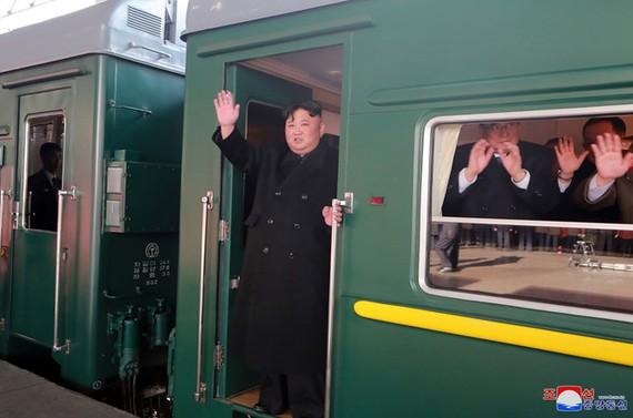 金正恩23日下午向月台上的人揮手致意。(圖源:朝中社)