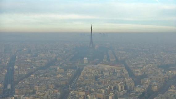 由於空氣污染已持續兩天多,法國巴黎採取居民停車免費和車輛限速等臨時應對措施。(圖源:互聯網)