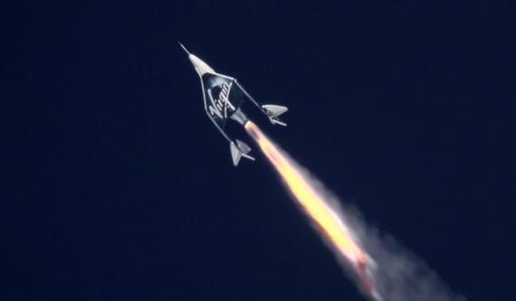 22日,維珍銀河公司(Virgin Galactic)宇宙飛船飛上了海拔89.9公里的太空邊際,這也是該飛船除了2名飛行員外,首次載乘客進行測試,向次軌道太空旅行的目標更近一步。(圖源:互聯網)