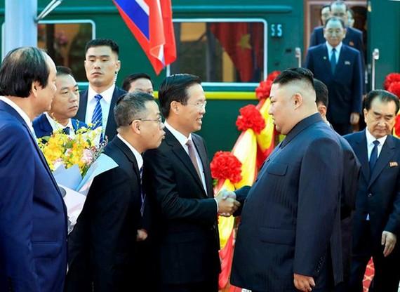 黨中央政治局委員、中央宣教部長武文賞在同登火車站迎接朝鮮最高領導人金正恩(右二)。(圖源:互聯網)