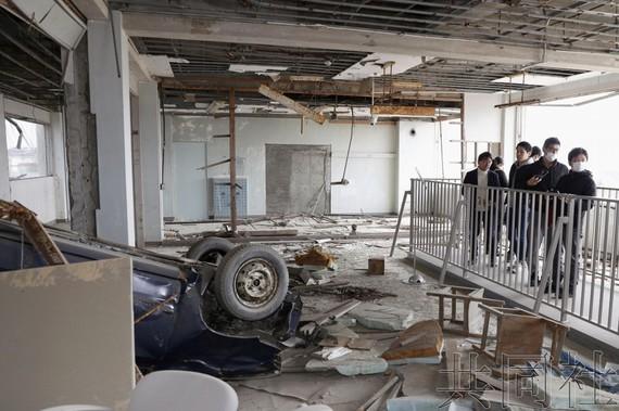 """遭受海嘯侵襲成為""""震災遺址""""的宮城縣立氣仙沼向洋高中的舊校舍(氣仙沼市)從10日開始向普通民眾開放參觀。(圖源:共同社)"""