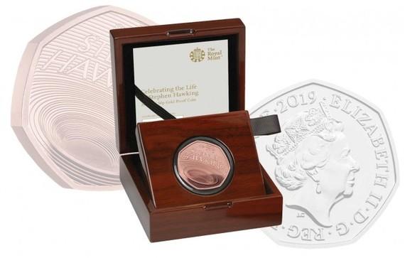 """英國皇家造幣廠推出了鑄有""""黑洞""""的50便士紀念幣。(圖源:互聯網)"""