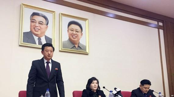 朝鮮外務省副相崔善姬(中)15日在平壤緊急召開記者會。(圖源:互聯網)