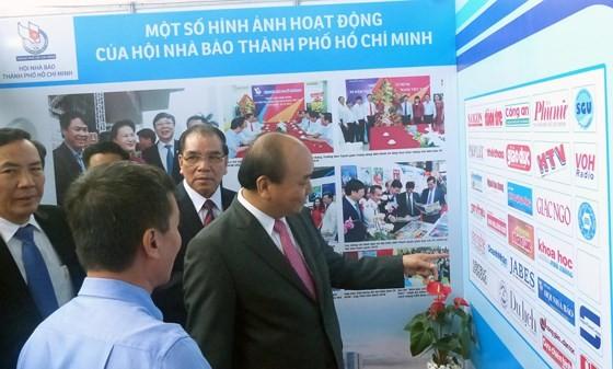 政府總理阮春福參觀盛會上展位。(圖源:陳平)