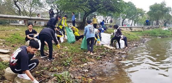 順化市年輕參與者到香河畔清理河岸沿線垃圾。(圖源:日玲)
