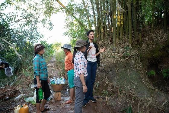 越南小姐赫姮尼依與地方政府前往考察村裡若干地點的水源。(圖源:秋香)