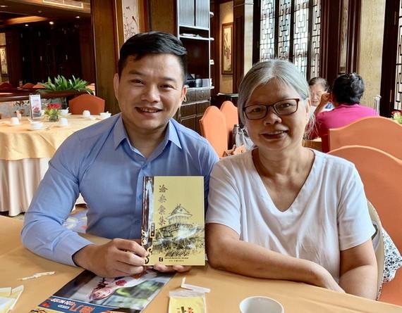 作者向李蘭作家(右)贈送《滄桑彙集》。