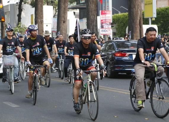 騎車宣傳地球1小時活動。(圖源:越通社)