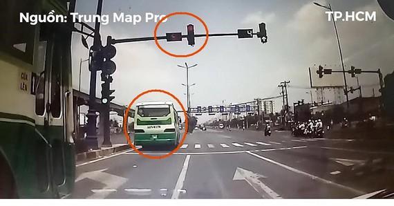 闖紅燈巴士差點釀成嚴重車禍。(圖源:視頻截圖)