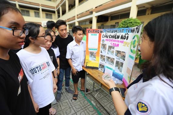 就讀十一年級A2班的同學在科學展覽會上向參觀者推介再製肥皂產品。(圖源:如雄)