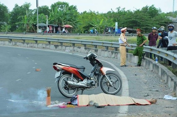 阿秀因遭人追殺而騎車加速飛箭似的企圖逃脫,竟不幸撞向分隔欄當場死亡。(圖源:明黃)