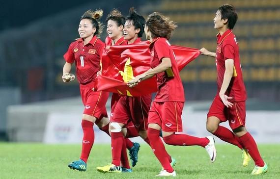越南女子隊慶祝進球。(圖源:德同)
