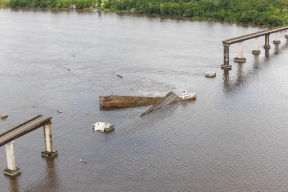 當日凌晨1時左右,一艘滿載貨物的船隻在河中與大橋的一根柱子發生碰撞,導致大橋部分坍塌,坍塌的橋體約長200米。(圖源:互聯網)