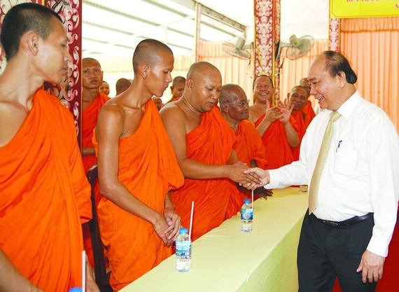 政府總理阮春福向高棉族南宗佛教學院學員賀年。(圖源:VGP)