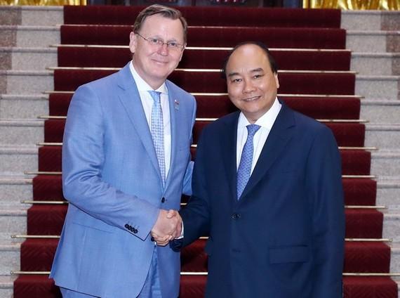 政府總理阮春福(右)接見德國圖林根州長拉梅勞。(圖源:越通社)