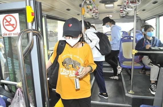 搭乘86號巴士線的很多乘客仍使用現金購票。