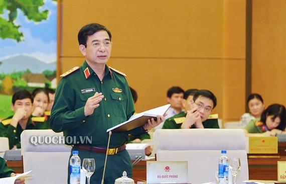 國防部副部長潘文江在會議上闡述關於《後備動員力量法》草案。(圖源:Quochoi.vn)