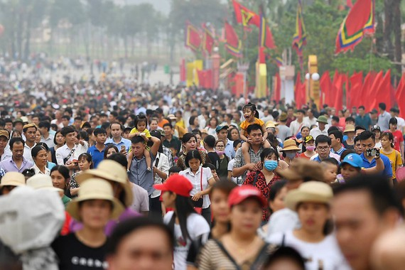 昨(13)日,上萬人前往富壽省雄王廟以觀光及上香致祭。(圖源:江輝)