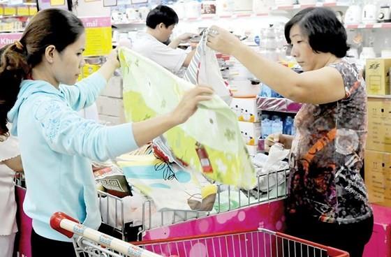 消費者在Co.opmart連鎖超市購買國貨。