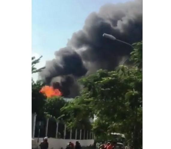 協平福變電站變壓站昨(15)日下午3時50分左右突然發生爆炸聲,隨後起火冒出滾滾濃煙。(圖源:民越)