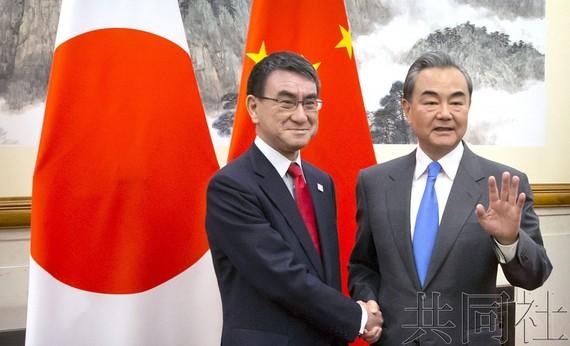 日本外相河野太郎(左)15日在北京與中國國務委員兼外交部長王毅舉行會談,確認了為6月在大阪召開的二十國集團(G20)峰會取得成功而合作。(圖源:共同社)
