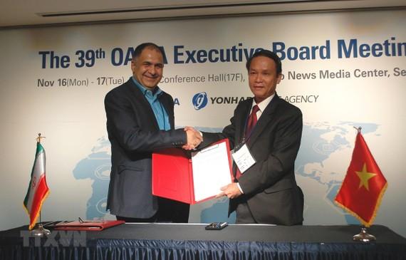 越通社總經理阮德利(右)與伊通社社長Mohammad Khodadi 在OANA執行委員會第39次會議上簽署雙邊資訊交流協議。(圖源:越通社)