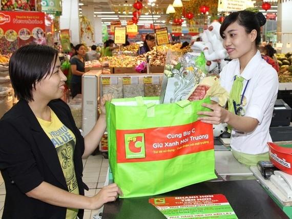 本市的超市使用紙質袋子、布料袋子以環保。