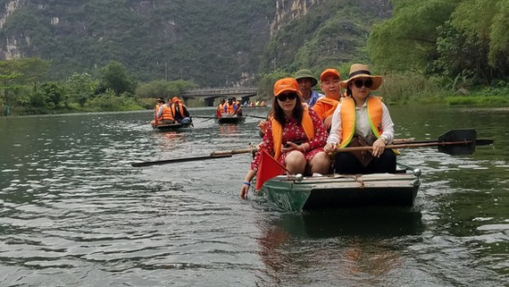 遊客坐船遊長安勝景。(圖源:互聯網)