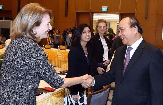 政府總理阮春福與各代表交談。(圖源:越通社)