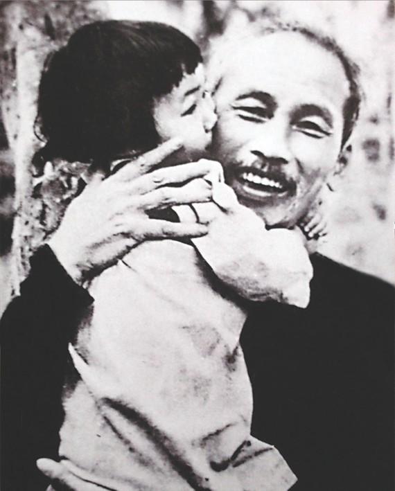 胡伯伯呵護越南的未來。(圖源:互聯網)