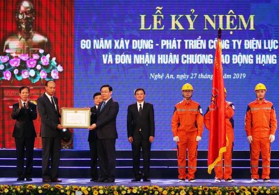 政府副總理王廷惠(前右)向乂安電力公司代表授予二等勞動勳章。(圖源:VGP)