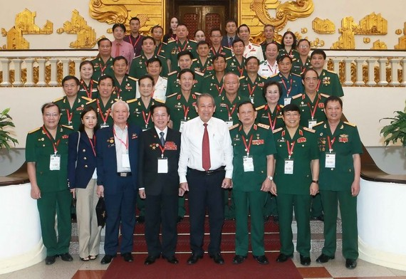 政府常務副總理張和平(前左五)同越南退伍軍人協會代表團合影留念。