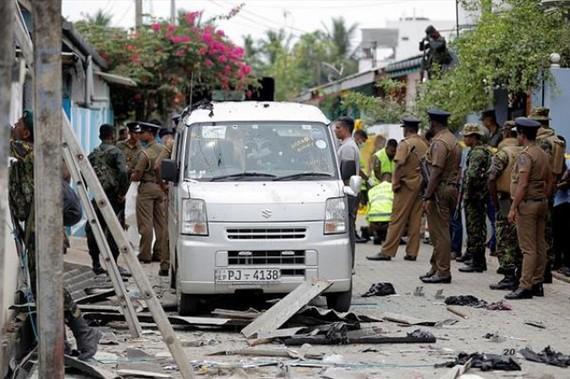 斯里蘭卡軍警在東部的安帕拉區突擊一所房子,同屋裡的武裝分子交火。武裝分子引爆炸藥自殺並炸死婦孺。 (圖源:路透社)