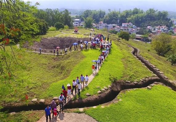 遊客參觀奠邊府大捷戰場 A1山丘歷史遺跡區。(圖源:越通社)