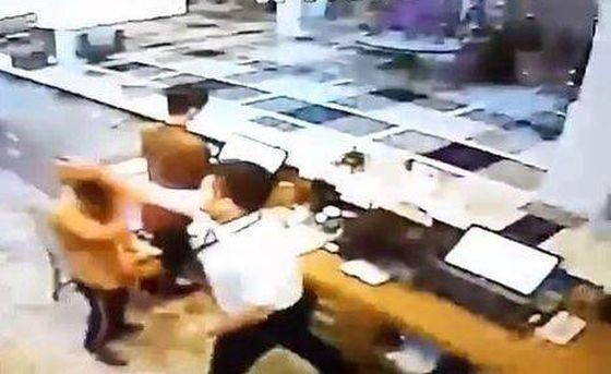 獅航機長出拳毆打酒店職員。(圖源:視頻截圖)