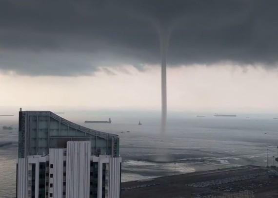 從網上影片可見,當地天空烏雲密佈、高聳入雲的圓形氣柱延伸到水面。(圖源:視頻截圖)