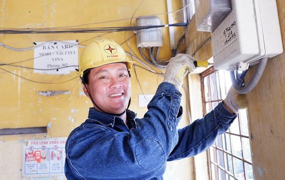 陳明協維修一座老舊公寓內的電力系統。